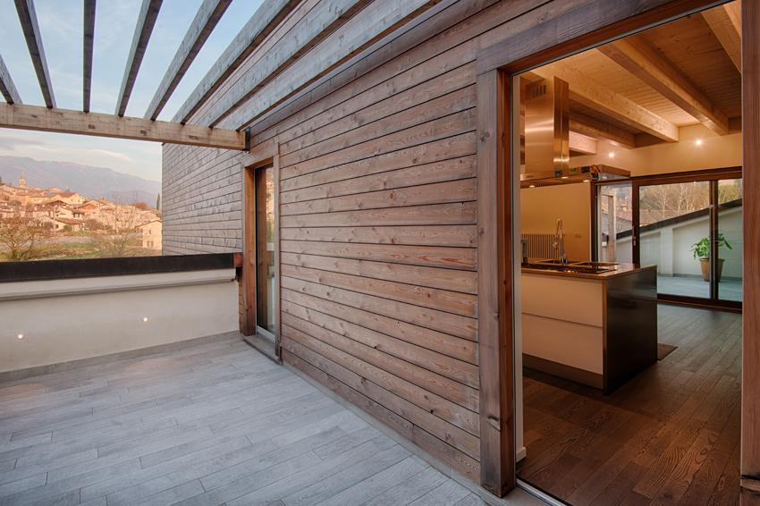 Ampliamento in legno sul tetto a revine lago daniele - Cucina sul terrazzo ...