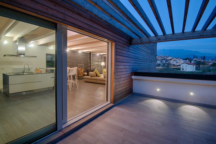 Ampliamento in legno sul tetto a revine lago daniele for Travi in legno sul portico anteriore