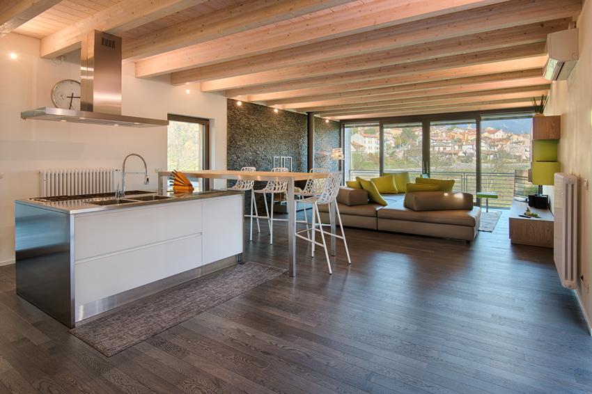 Ampliamento in legno sul tetto a revine lago daniele - Casa con tetto in legno ...