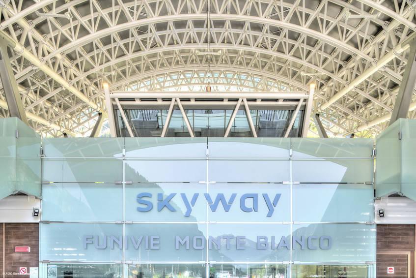 Skyway Monte Bianco, la funivia che collega Pontal d'Entrèves a Pavillon du Mont Frety a Punta Helbronner, per la cui realizzazione AGC Glass Europe ha contribuito fornendo ben 2.000 mq di vetro di ultima generazione. Fotografo: Jean-Michel Byl. © AGC Glass Europe.