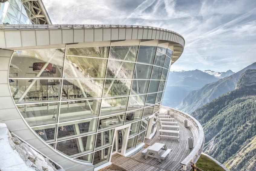 Skyway Monte Bianco, la funivia che collega Pontal d'Entrèves a Pavillon du Mont Frety a Punta Helbronner, per la cui realizzazione AGC Glass Europe, leader europeo nella produzione di vetro piano, ha contribuito fornendo ben 2.000 mq di vetro di ultima generazione. Fotografo: Jean-Michel Byl. © AGC Glass Europe.