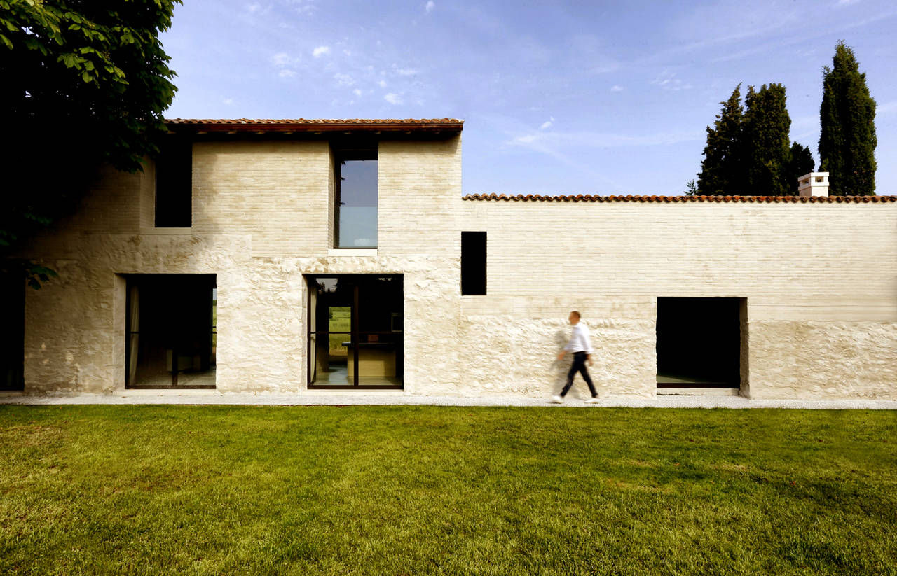Brick house over an old stone barn- © Filippo Bricolo