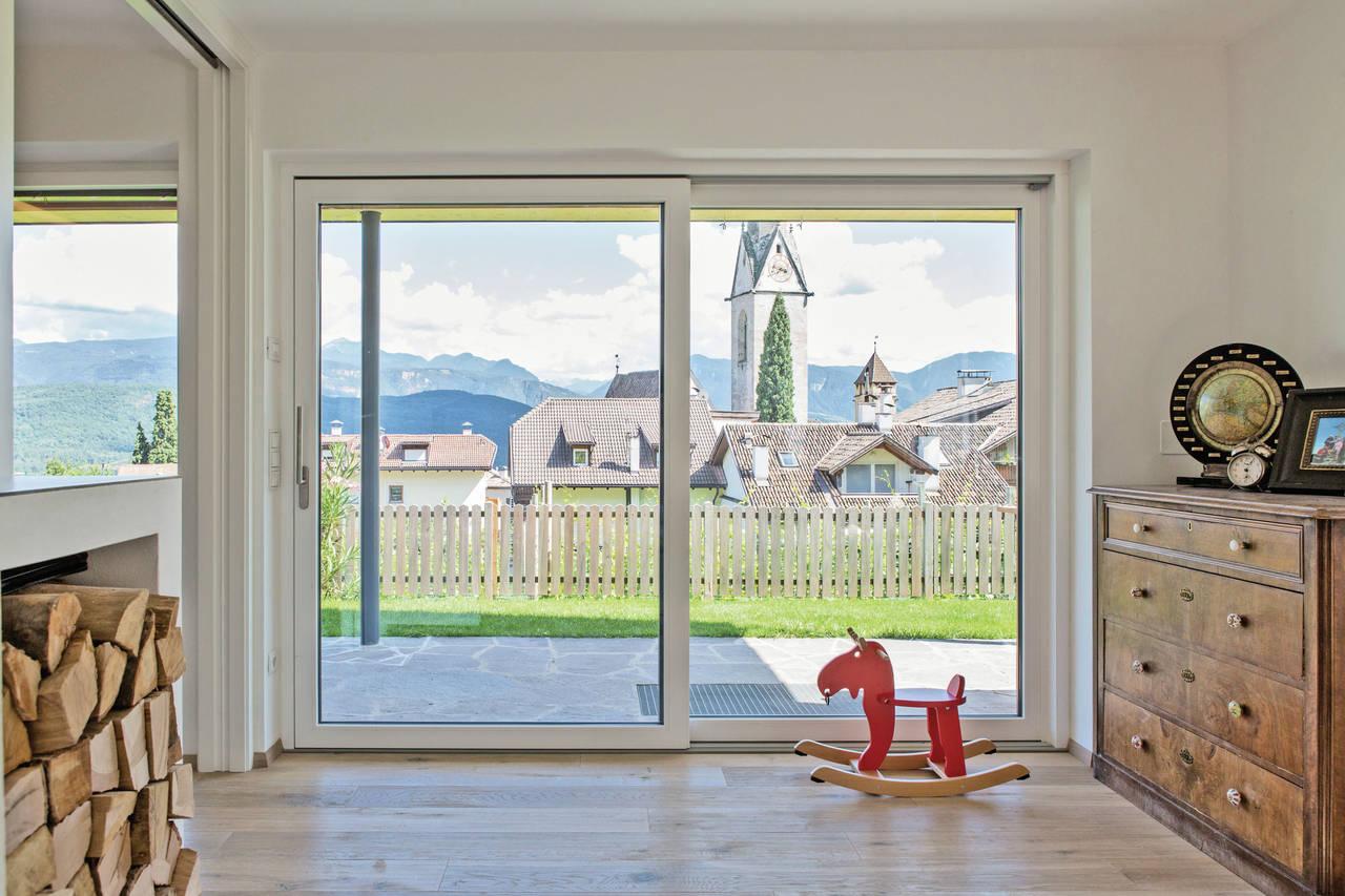 Finstral per casa kato a caldaro bz arketipo - Vetri colorati per finestre ...