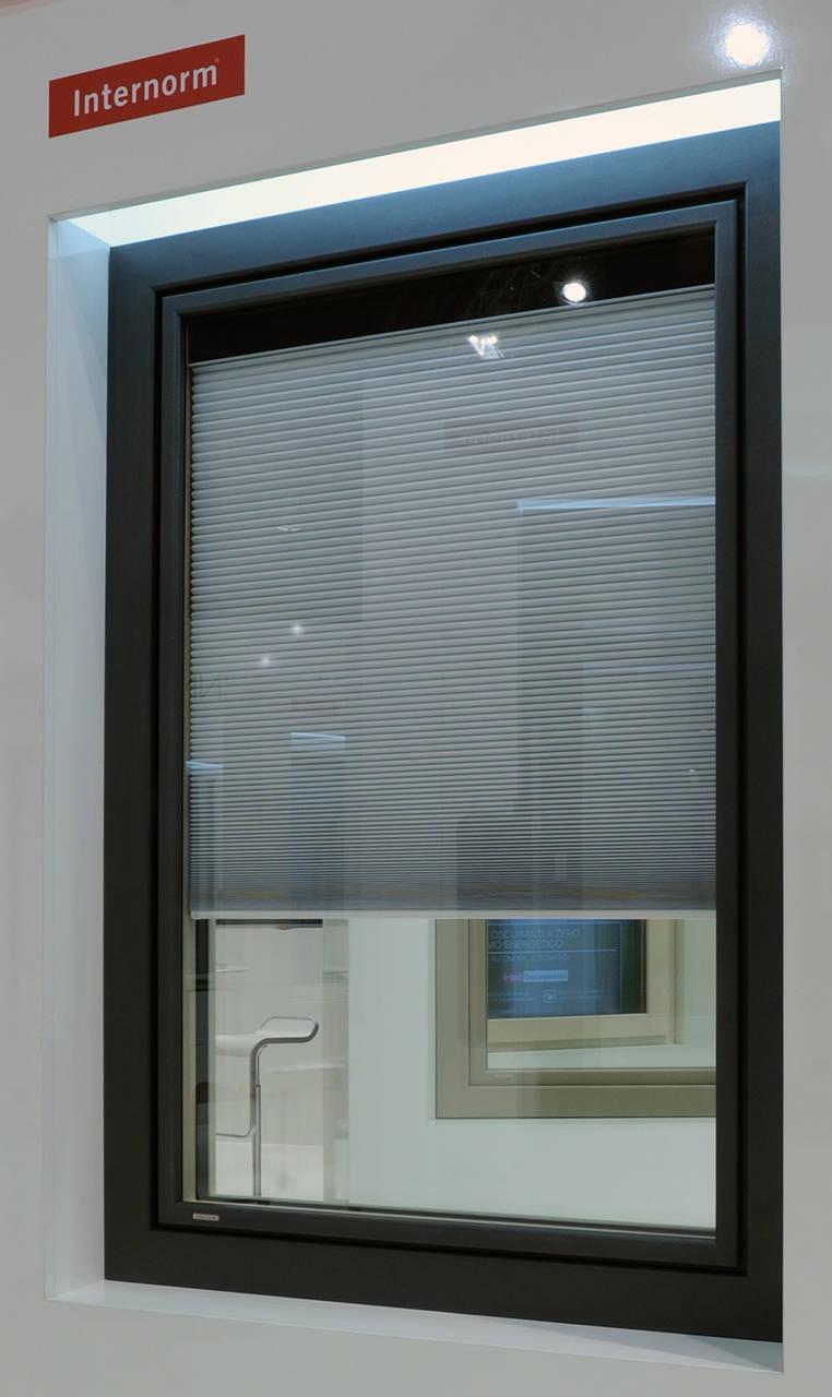 KV440 Doppia Finestra in PVC-alluminio con veneziana fotovoltaica integrata- Foto ambientata