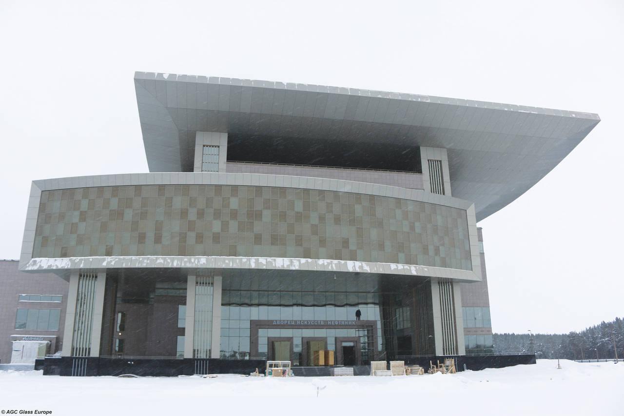 Palazzo dell'arte Neftyanik, un nuovo centro culturale situato a Surgut. Il complesso integra tecnologie di costruzione all'avanguardia con materiali innovativi come il vetro Glassiled Motion, prodotto esclusivo di AGC Glass Europe, che è stato utilizzato per valorizzare il design della struttura.