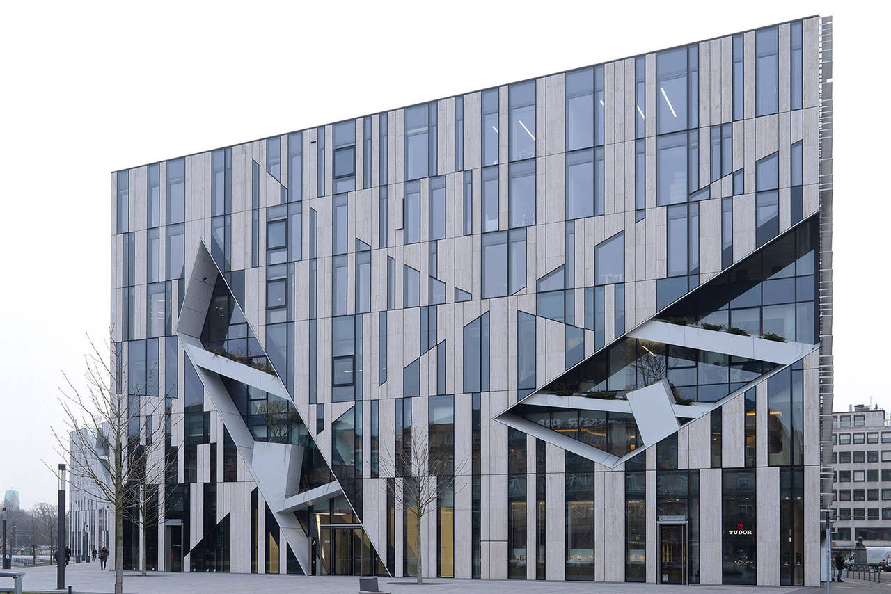 """La facciata appare composta da singoli elementi dai forti connotati materici. Questo effetto """"frammentato"""" è rafforzato dai cinque tagli diagonali eseguiti sui lati nord e ovest."""