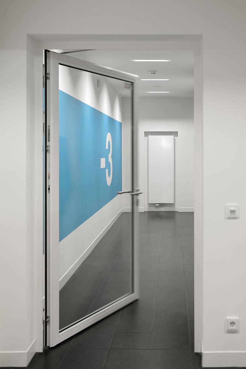 Nel Kö-Bogen hanno trovato impiego porte antincendio e tagliafuoco Hörmann. I telai tubolari HL 310 S-Line, con profili bianchi particolarmente sottili, si integrano in modo discreto nella struttura interna degli edifici, rispondendo agli elevati standard prestazionali e qualitativi previsti dal progetto.