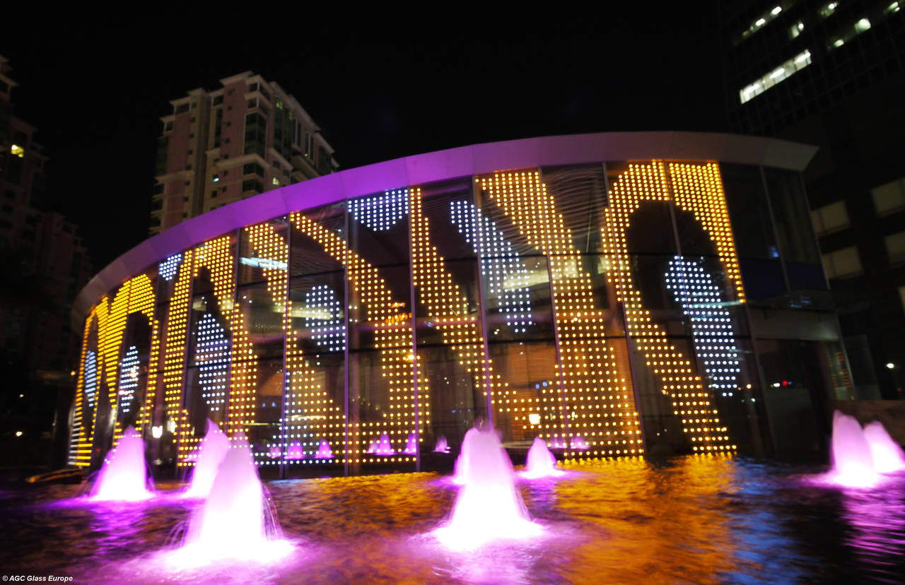 La facciata dell'East Pacific International Center a Shenzhen in Cina, realizzata con il vetro Glassiled Sign di AGC. © AGC Glass Europe