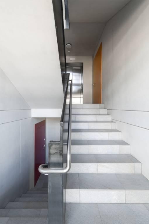 Nel progetto DeCo è stato utilizzato il sistema di isolamento anticalpestio Schoeck Tronsole che permette di contenere il livello del rumore da calpestio nel vano scale. Photo by Oliver Jaist