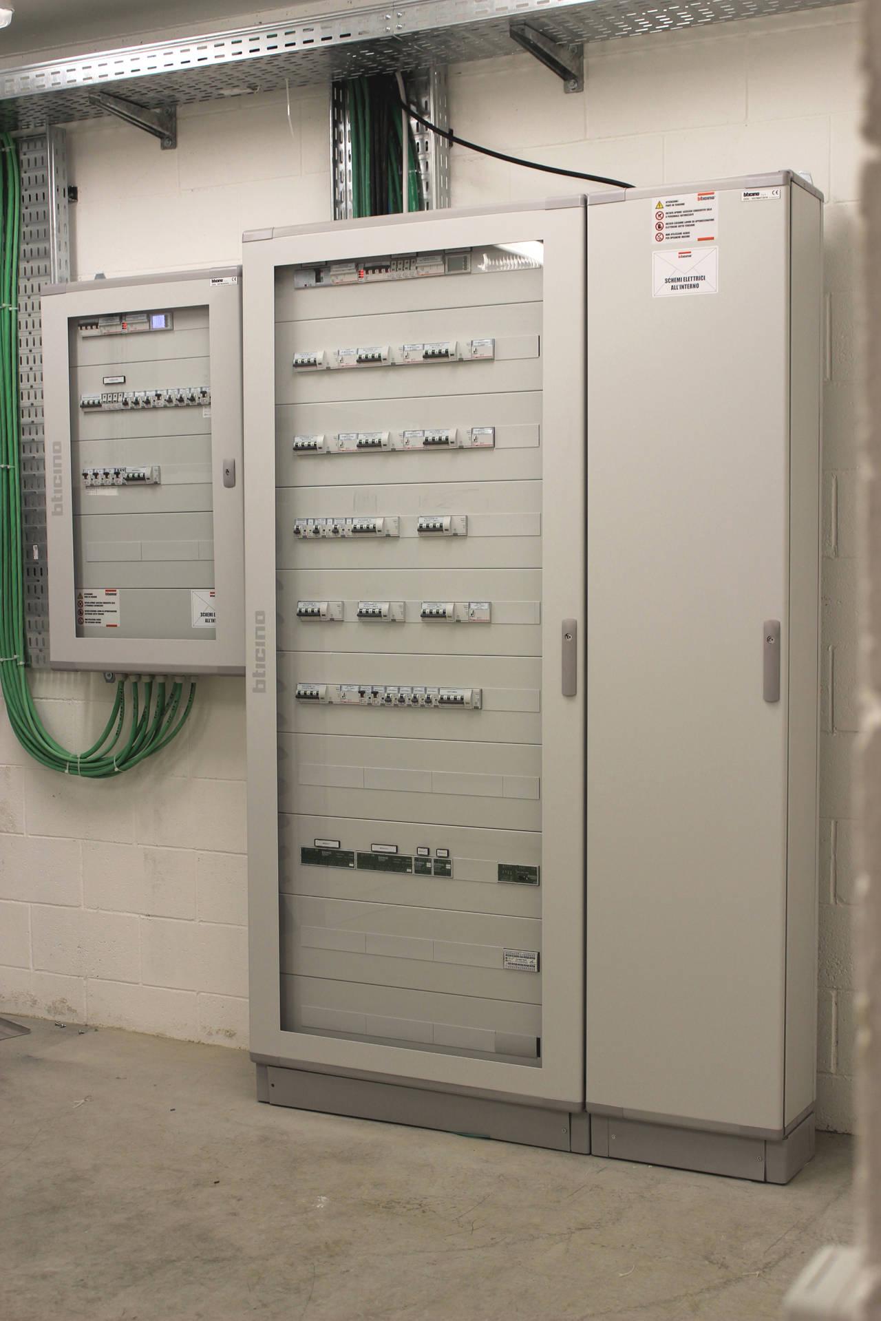 I quadri elettrici del secondo padiglione. Le porte in vetro trasparente garantiscono la protezione della componentistica e gli accessi indesiderati, ma permettono comunque di individuare eventuali problematiche