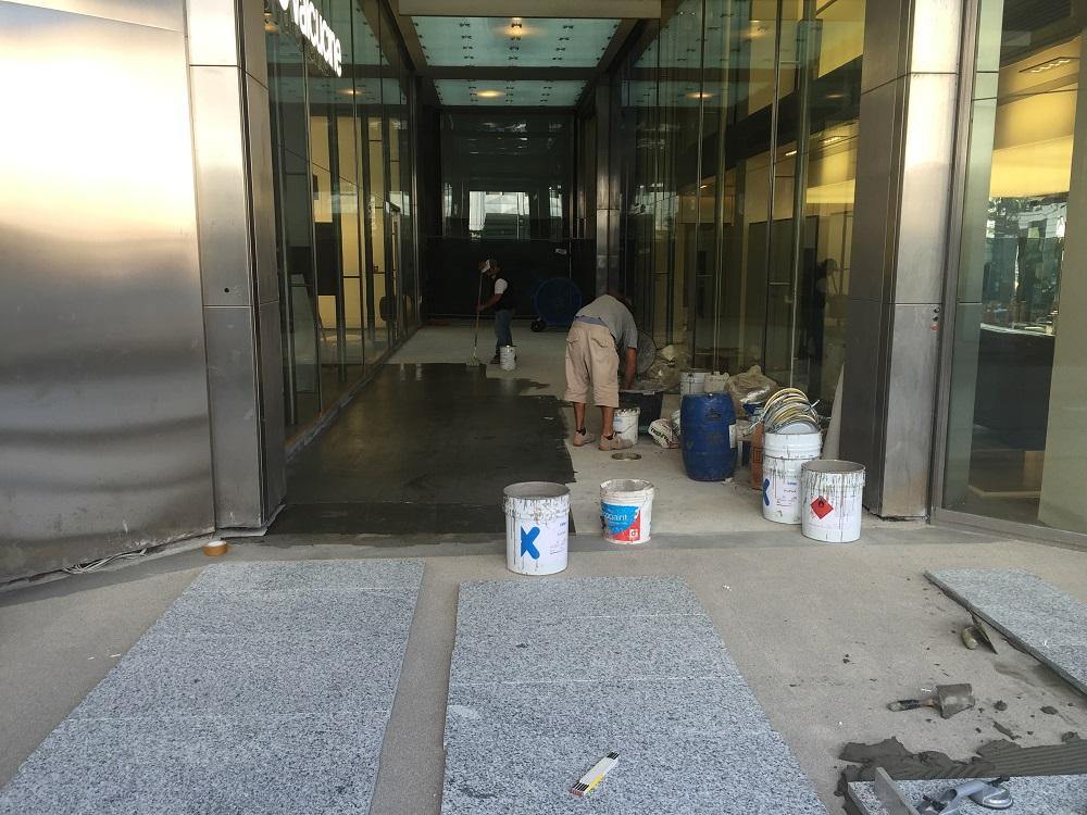 Fasi di lavoro contemporanee: applicazione primer e rivestimento