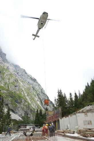 Il materiale da costruzione è stato trasportato in quota con l'ausilio di un elicottero