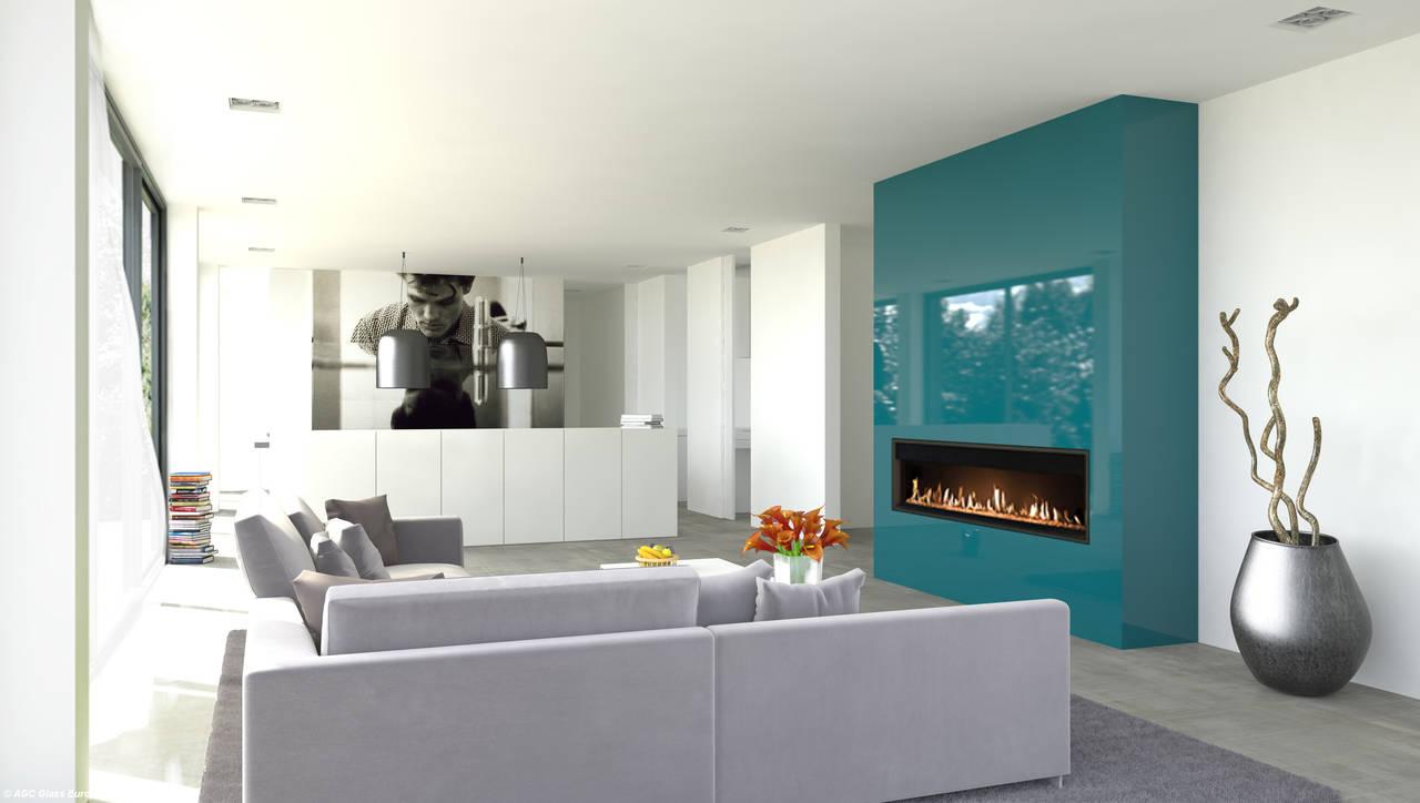 Area living con le pareti del camino rivestite con Lacobel nel colore Petrol Green