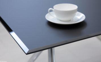 Piano del tavolo realizzato con Matelac nella finitura Blue Shadow