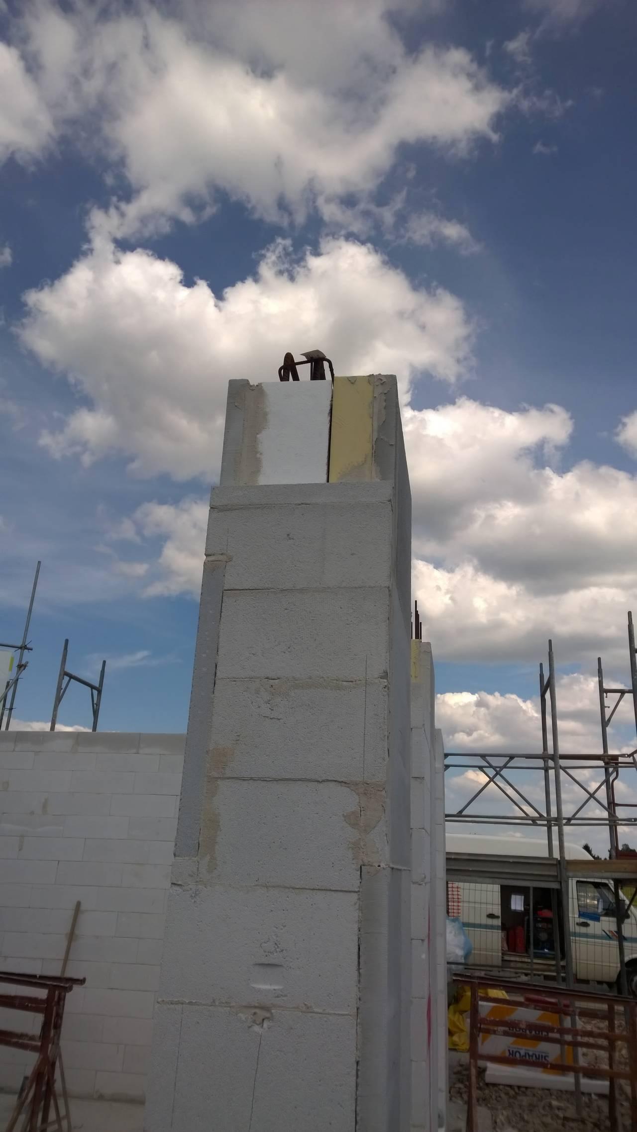 Fase della posa dei blocchi Ytong per il tamponamento e la correzione dei ponti termici