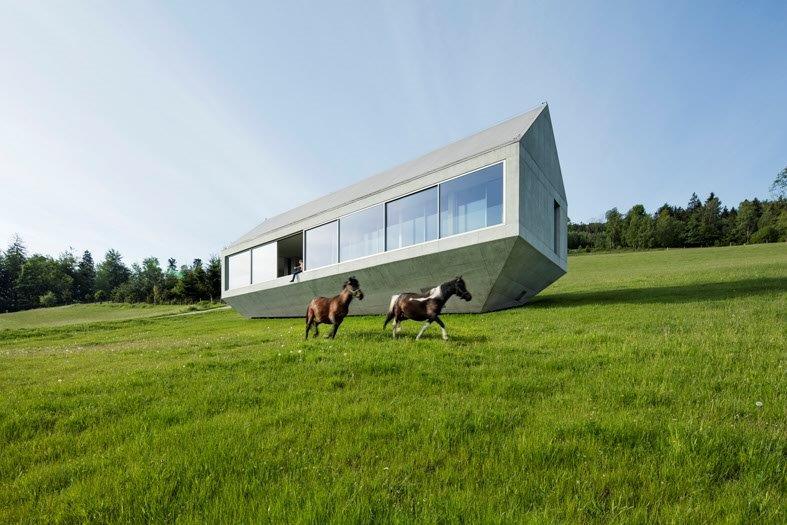Un'arca, la casa che fluttua sulla montagna, aperta agli animali