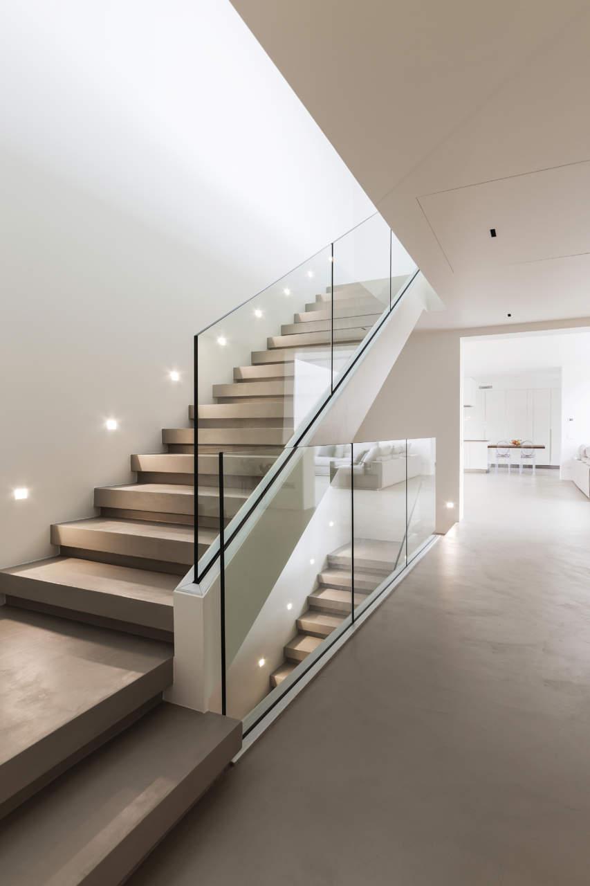 Ambiente con pavimento e parete realizzati con Resina Materia di Elekta, rispettivamente nelle tonalità grigio e bianco
